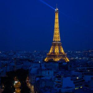 La tour Eifel pendant l'heure bleue. Paris, France