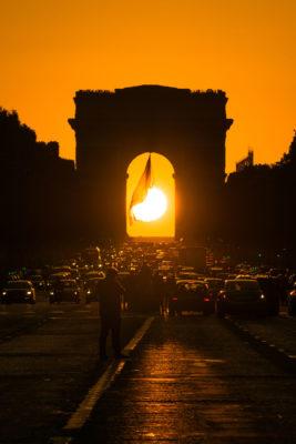 Coucher de soleil à l'Arc de Triomphe depuis les Champs Elysées, Paris, France