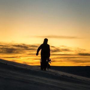 Snowboarder au coucher du soleil