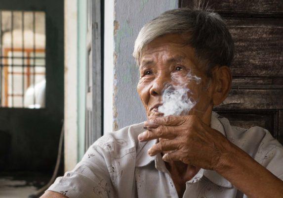 Un vieil homme homme vietnamien