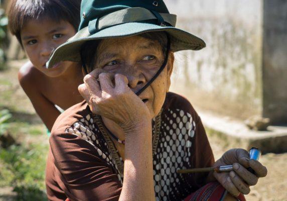 Portrait d'une vieille femme vietnamienne et un enfant