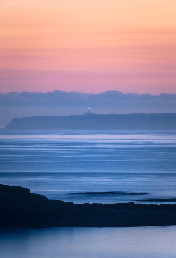 Lever de soleil sur un phare en Bretagne, France