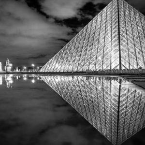 Le musée du Louvre de nuit, Paris, France