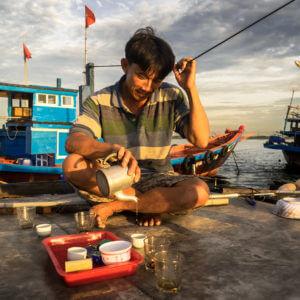 Thé matinale pour ce pêcheur après le travail, au Vietnam.