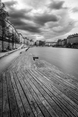 Les quais de Saône vides de monde, à Lyon, avant une tempête