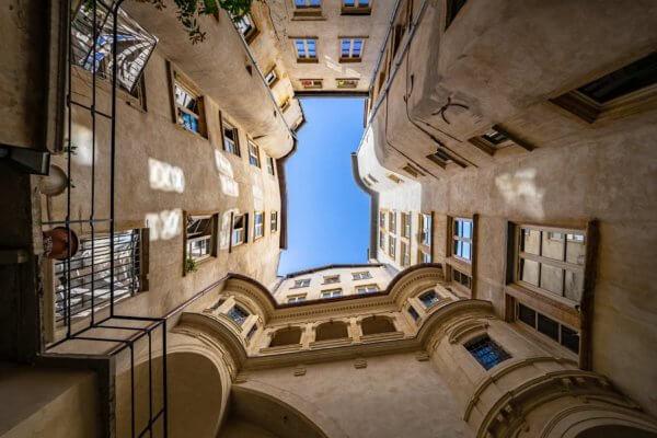 cour intérieur d'une traboule du vieux Lyon