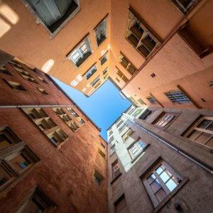 Cour intérieur d'immeubles colorés à Lyon
