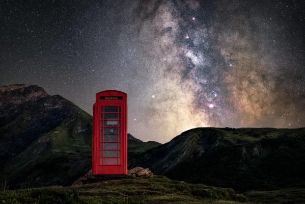 Voie lactée au dessus d'une cabine téléphonique en pleine montagne
